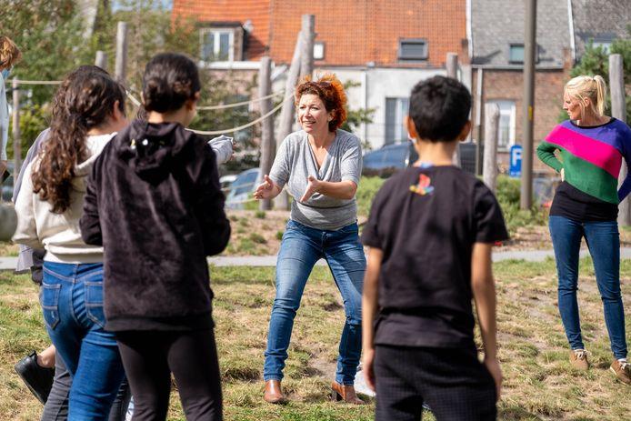 Actrice Veerle Malschaert geeft buitenles aan zesdejaars van de Sint-Pietersschool in Mechelen