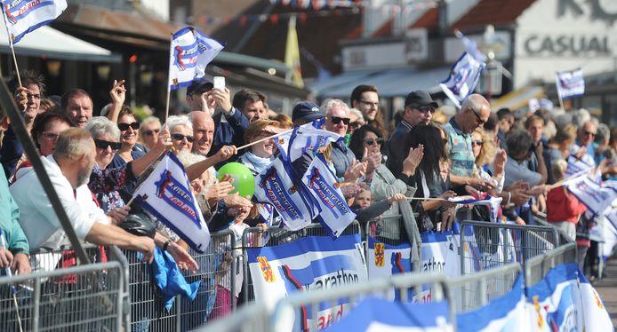 Hopelijk is het in oktober 2021 wel weer mogelijk: supporters die massaal de deelnemers aan de Kustmarathon verwelkomen in de Langstraat.