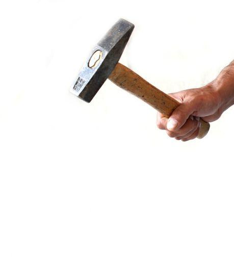 Door alle stemmen in zijn hoofd dacht Richard voordat hij een hamer pakte maar één ding: 'Pa moet dood'