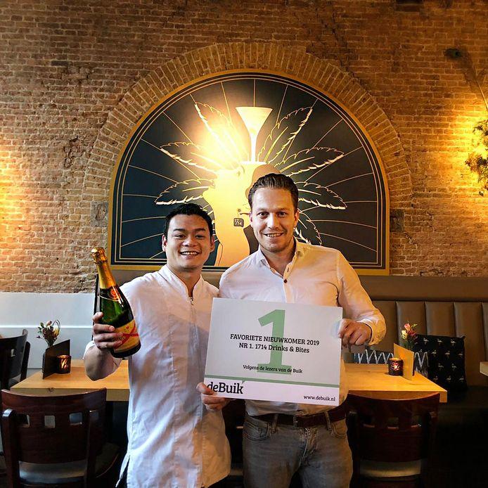 Tai Pham (30) en Jasper Stadhouders (28) met hun oorkonde.