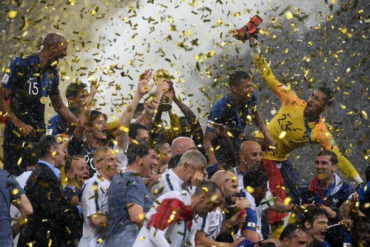 Spelers van Frankrijk vieren de winst na de finale van het WK voetbal in Rusland Beeld AFP