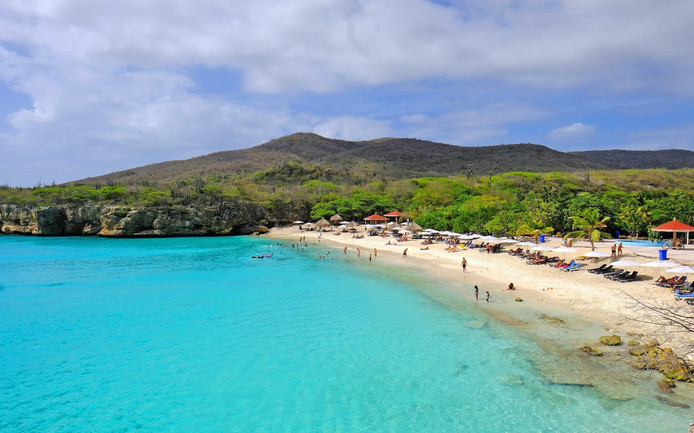 Foto van het strand waar Sara werd gevonden op Curaçao.
