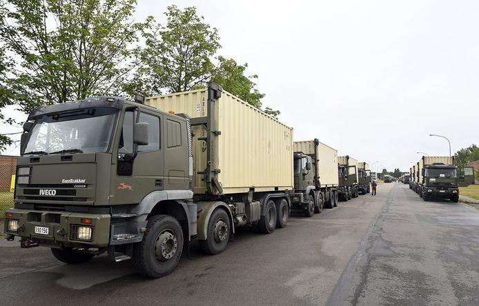 Vanuit het militair complex in Peutie, Vilvoorde zijn een deel van de mondmaskers maandag vertrokken. Dinsdag zullen er nog eens 14 voertuigen vertrekken.