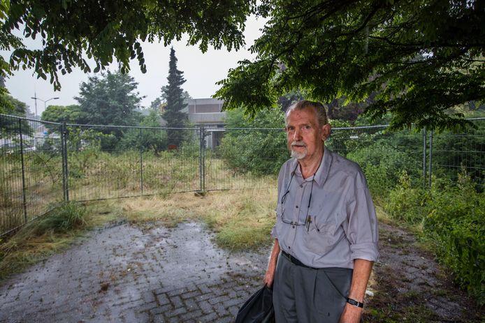 Piet Pardoel op het terrein van de Lagekerk in Deurne. Hij toonde meerdere keren aan dat de nieuwbouwplannen van de gemeente niet in orde waren.