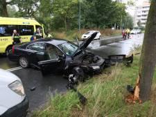 Automobilist verliest macht over het stuur op Haagse Nieuwe Parklaan, auto komt tegen boom tot stilstand