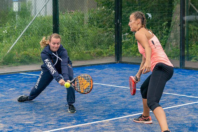 Milou Ettekoven (links) en Esmee Vleugel in actie in Scharendijke.