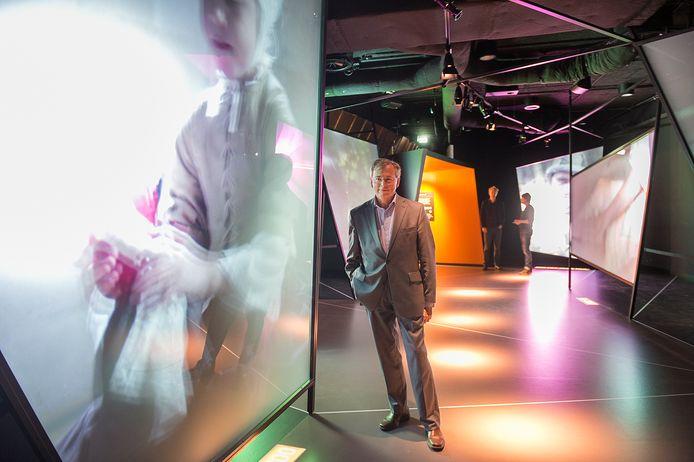 Directeur Willem Bijleveld van het Openluchtmuseum bij de nieuwe Canonexpositie in het museum.