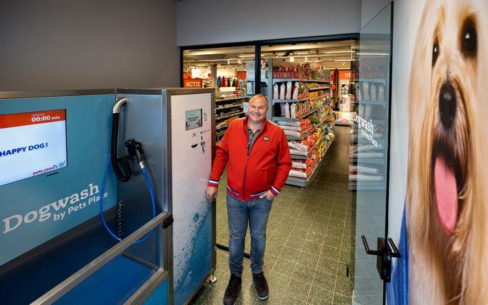 Clustermanager Stefan Hol van dierenspeciaalzaak Pets Place in de nieuwe wassalon voor honden in Valkenswaard.
