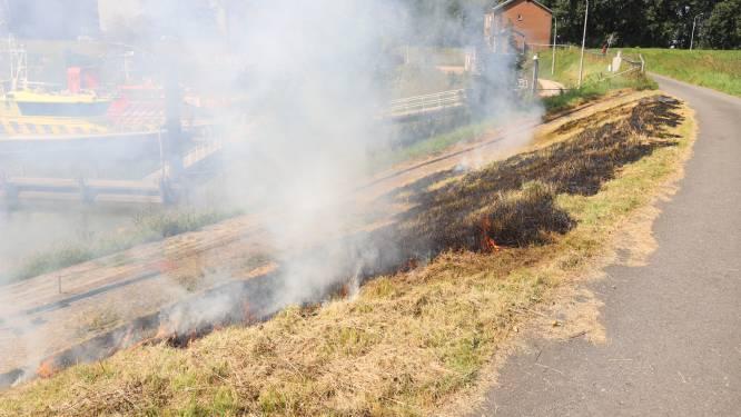 Brandweer blust bermbrand in Tiel