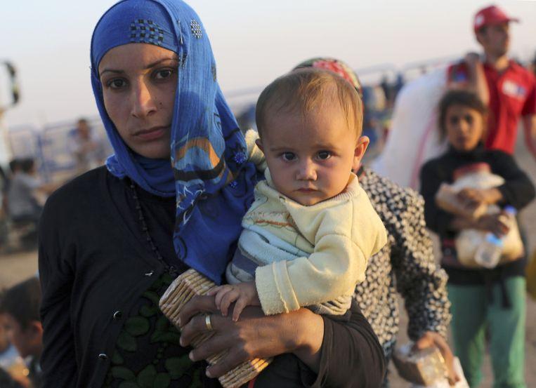 Duizenden Syrische vluchtelingen komen via de grensovergang nabij Suruc Turkije binnen. Beeld ap