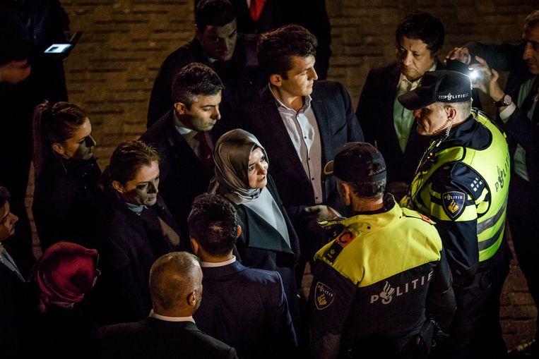 De Turkse Minister van Familiezaken, Betul Sayan Kaya, werd door de politie tegengehouden op het moment dat ze naar het Turkse consulaat wilde lopen. Beeld Freek van den Bergh / de Volkskrant