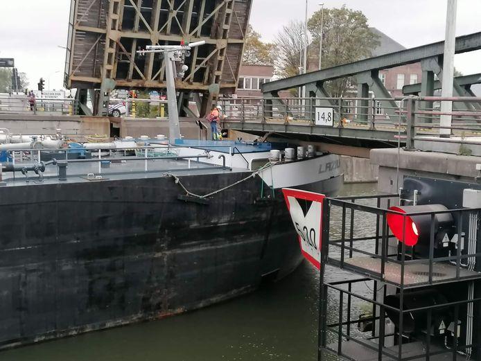 De voorsteven van de boot bleef onder de brug vast zitten.