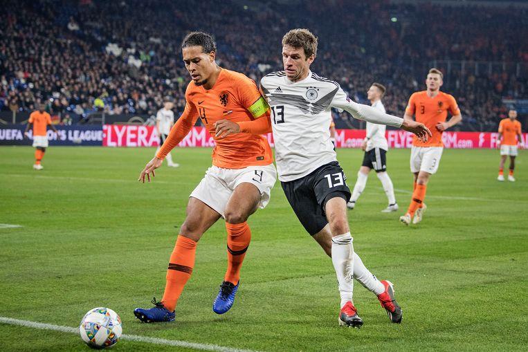 Virgil van Dijk vecht een duel uit met Thomas Müller, in een Nations League-wedstrijd tussen Nederland en Duitsland in 2018. Beeld Guus Dubbelman / de Volkskrant
