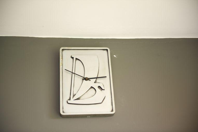 Een klok met het Ladalogo. Beeld Sandra Hazenberg