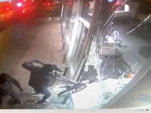 Ils détruisent la vitrine d'un magasin à coups de masse pour dérober 15 vélos