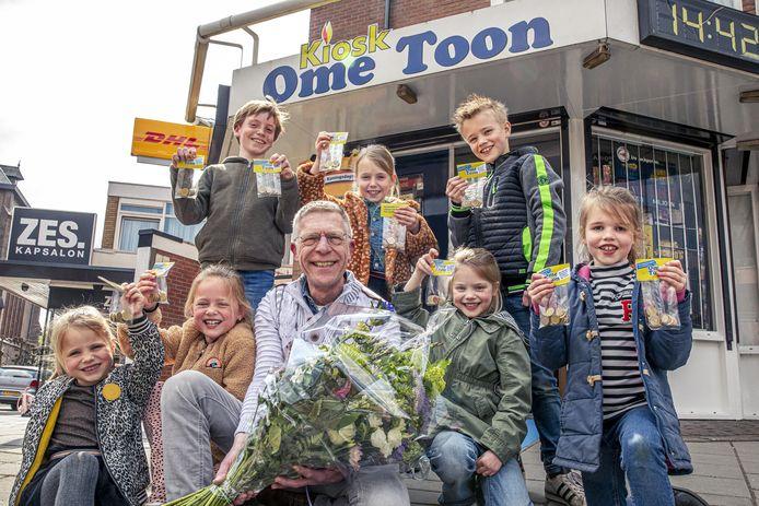 Buurkinderen verkopen zakjes met snoep uit de winkel van Toon Stinenbosch. De ondernemer heeft door corona grote moeite om het hoofd boven water te houden.