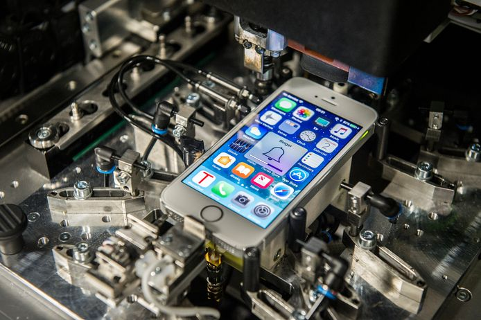 Refurbished-specialist Forza checkt ingekochte telefoons met een speciale robot.