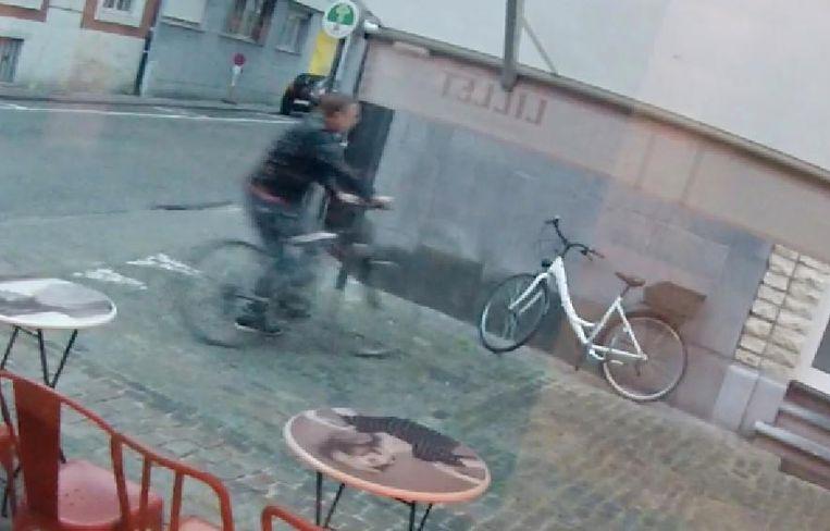 De fietsendief komt vanuit de Vaartstraat aangereden...