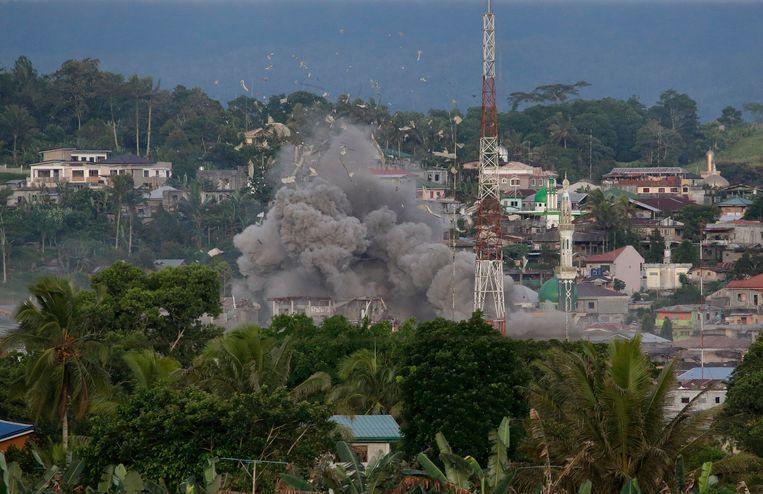 De Filipijnse luchtmacht voerde vrijdag luchtaanvallen uit op de stad Marawi. Beeld AP