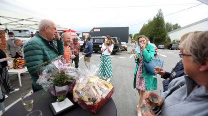 """Klanten wuiven apothekeres Lieve (67) na 43 jaar uit met hartverwarmend applaus: """"We spreken elkaar hier nog aan met de voornaam"""""""