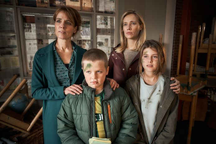 Juf Ank (Ilse Warringa), Hannah (Jennifer Hoffman) en veel andere bekende gezichten van basisschool De Klimop zijn terug in Luizenmoeder - De Film.