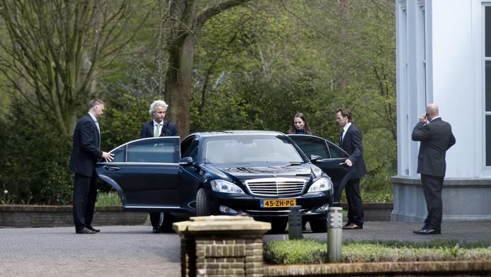Geert Wilders en Fleur Agema verlaten het Catshuis.