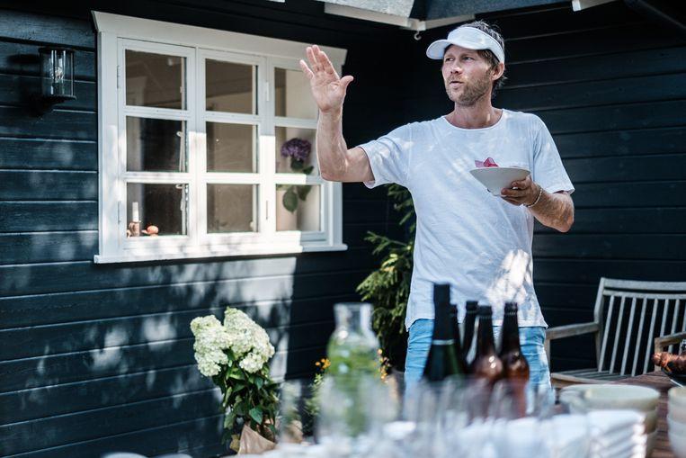 Op het terras bij de chef thuis: 'Ik vind het belangrijk om een goeie balans te vinden tussen mijn familie- en mijn werkleven.'  Beeld Bob Van Mol