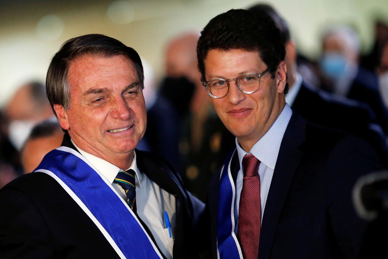 De Braziliaanse president Jair Bolsonaro (links) met de minister van Milieu Ricardo Salles op archiefbeeld.