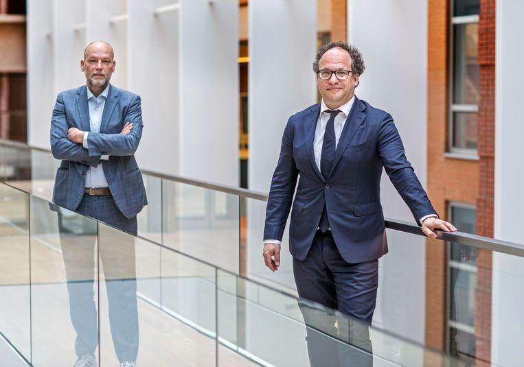 Minister Koolmees (rechts) met de Amsterdamse wethouder Rutger Groot Wassink. Beeld Frank Jansen