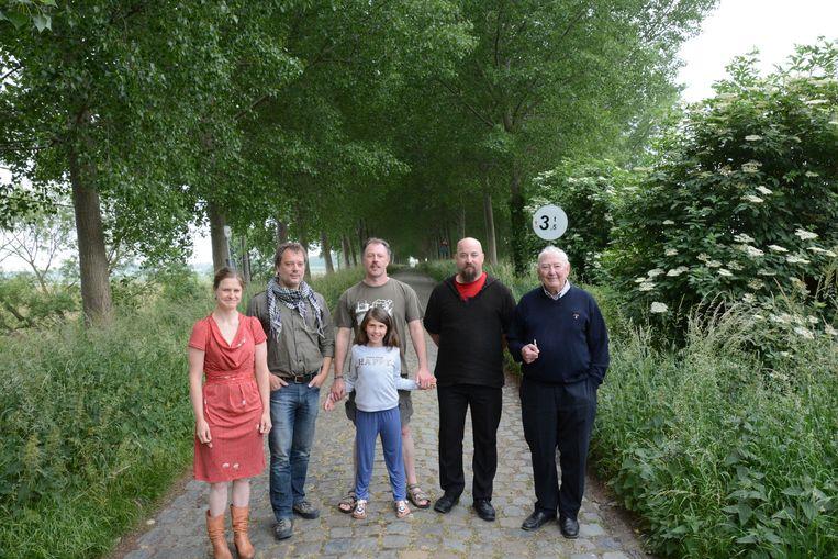 Vertegenwoordigers van Erfgoedgemeenschap Doel en Polder op de dijk van de Zoetenberm. Ook hier moeten alle populieren plaatsmaken voor minder hoge bomen.