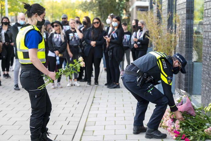 Vrienden en buurtbewoners houden een stille tocht voor de 27-jarige Ayla Mintjes, zij overleed nadat zij was beschoten in de Maassluisstraat.