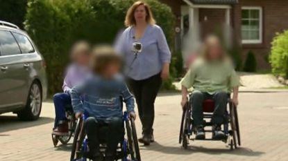 Moeder dwingt vier kinderen in rolstoel te zitten om jarenlang sociale fraude te kunnen plegen