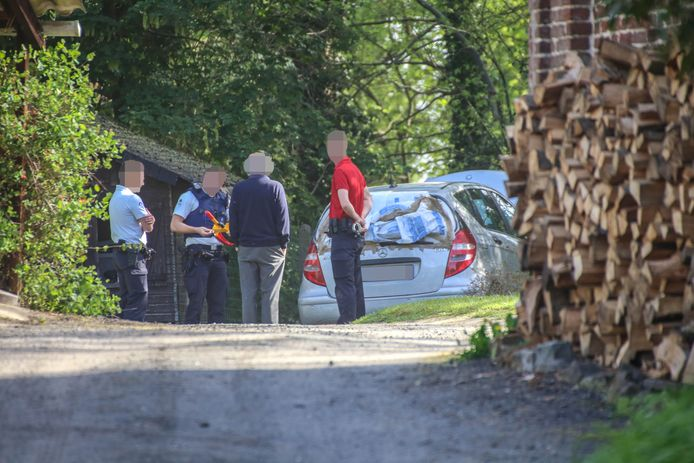 De verdachten lieten hun vluchtwagen achter op de oprit van een woning in de Fooststraat.