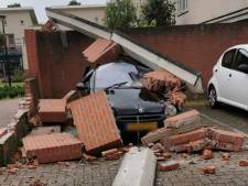 Veegmachine ramt betonnen balk: geparkeerde auto bedolven onder puin