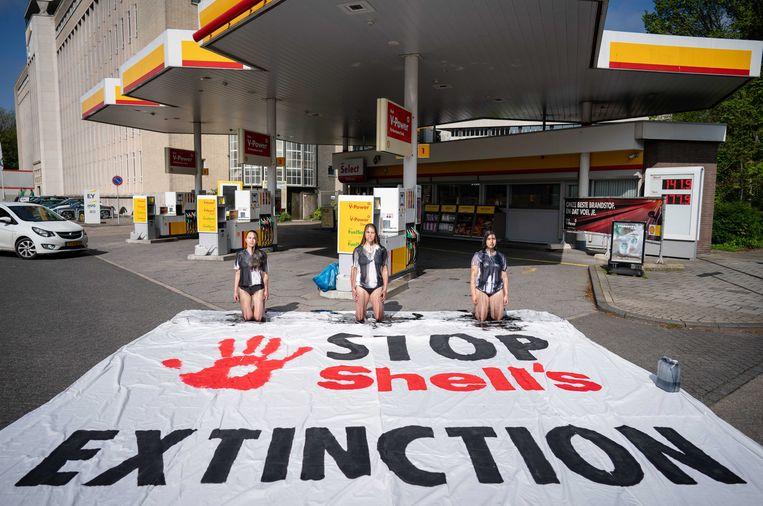 Protestactie bij een benzinestation van Shell in Den Haag, 18 mei 2021.  Beeld Foto Bart Maat / EPA