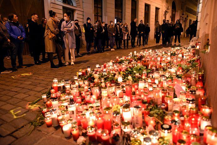 Donderdag hielden mensen in Wenen een herdenking van de slachtoffers van de aanslag bij een geïmproviseerd monument voor de slachtoffers.