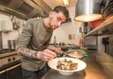 Chef Jesper Verschiere maakt het gerecht af met kokosschuim waarin wat citroengras zit.
