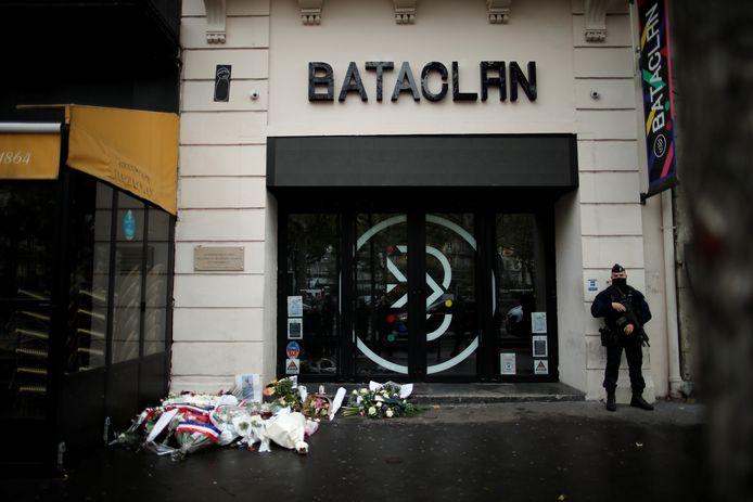Bloemen aan concertzaal Bataclan in Parijs op 13 november 2020, vijf jaar na de aanslagen.