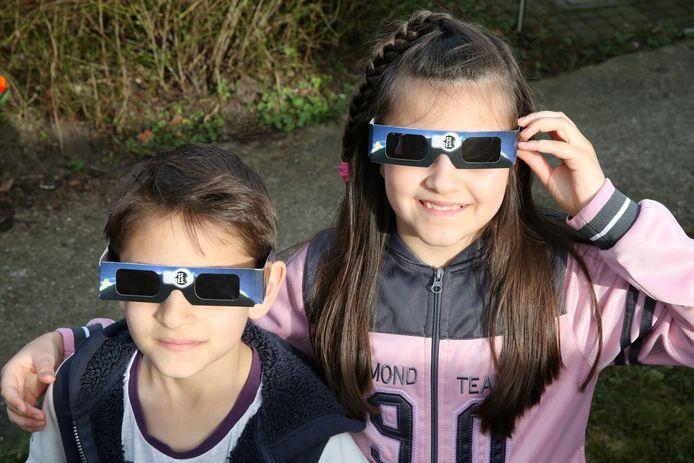 Kijk veilig naar de verduistering met eclipsbrilletjes.