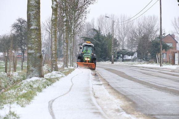 Op de Kruibekesteenweg maakt een sneeuwruimer de fietspaden vrij.