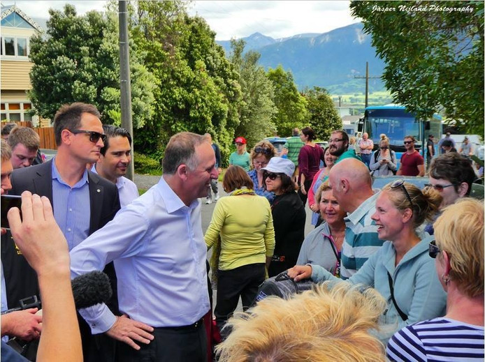 Minister-president John Key van Nieuw-Zeeland kwam vandaag poolshoogte nemen in Kaikoura. Foto Jasper Nijland