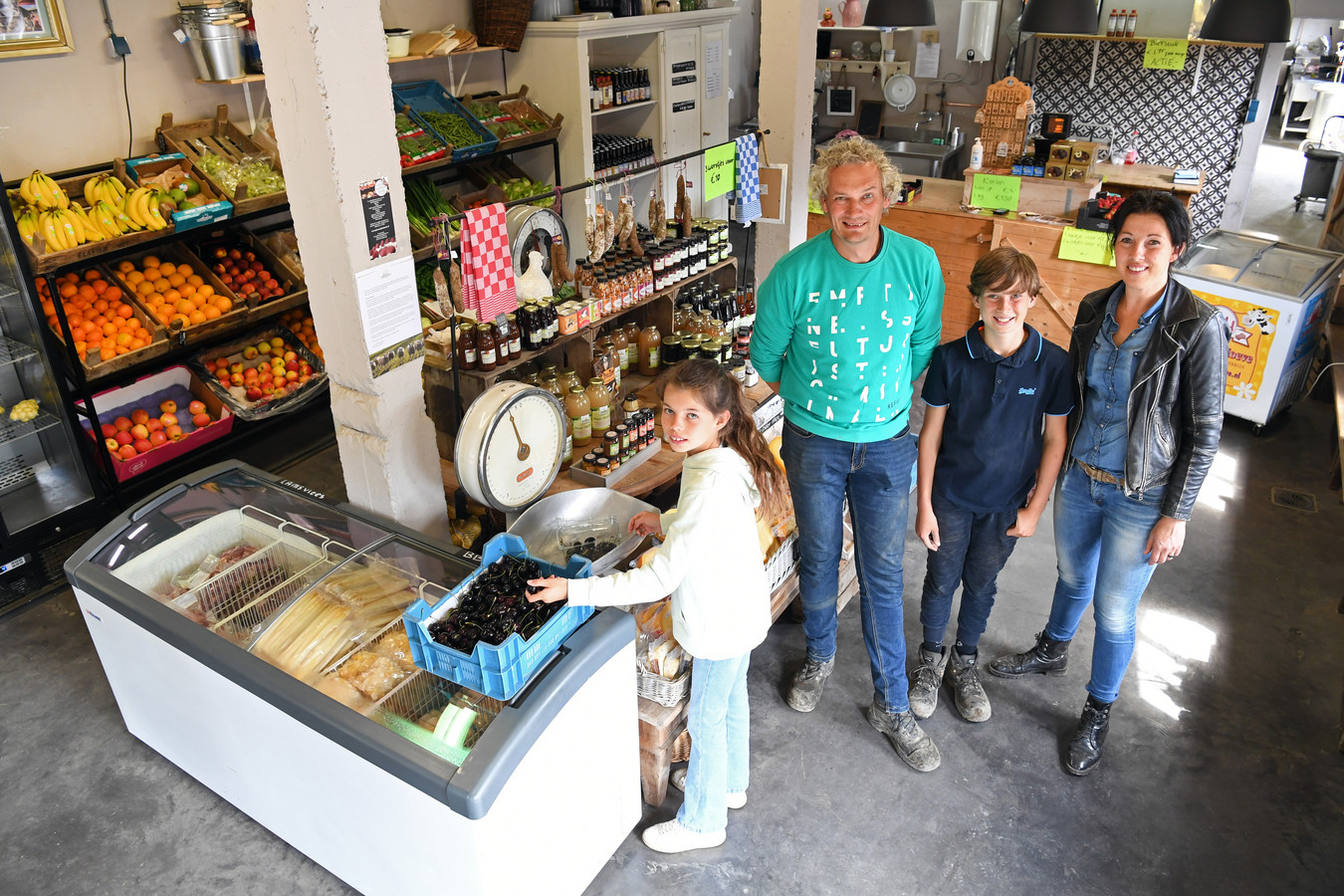 STAMPERSGAT  Jan Stads / Pix4Profs Voor de rubriek Van West-Brabantse bodem, bij familie Claassen, Boerderijwinkel Claassen. Gastelsedijk west 37. vlnr Isabella, Arno, Alida en Thomas in hun winkel.