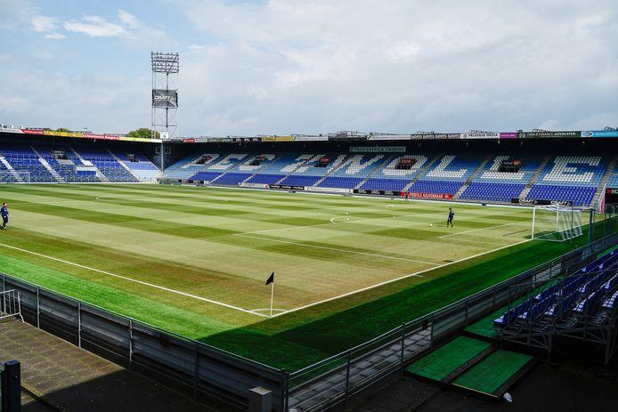Op het nieuwe grasveld van PEC Zwolle waren zaterdag enkele bruine plekken te zien. Geen reden tot paniek, stelde de club echter.