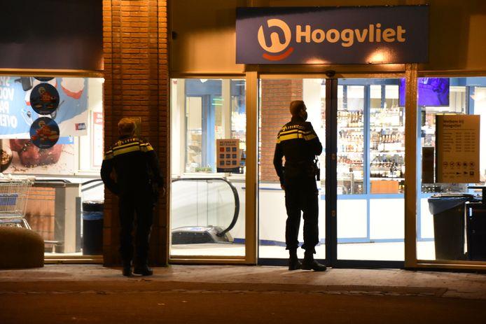 Agenten bij de zaterdag overvallen supermarkt in Boskoop.