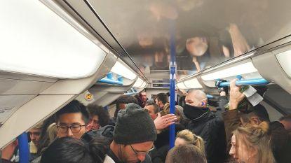 """Pendelaar deelt foto van opeengepakte reizigers op de metro in Londen: """"Hoe kunnen we zo veilig blijven?"""""""