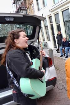 Verrassing! Lucia en Noa zingen Make you feel my love bij voordeur van Brielse Anneke