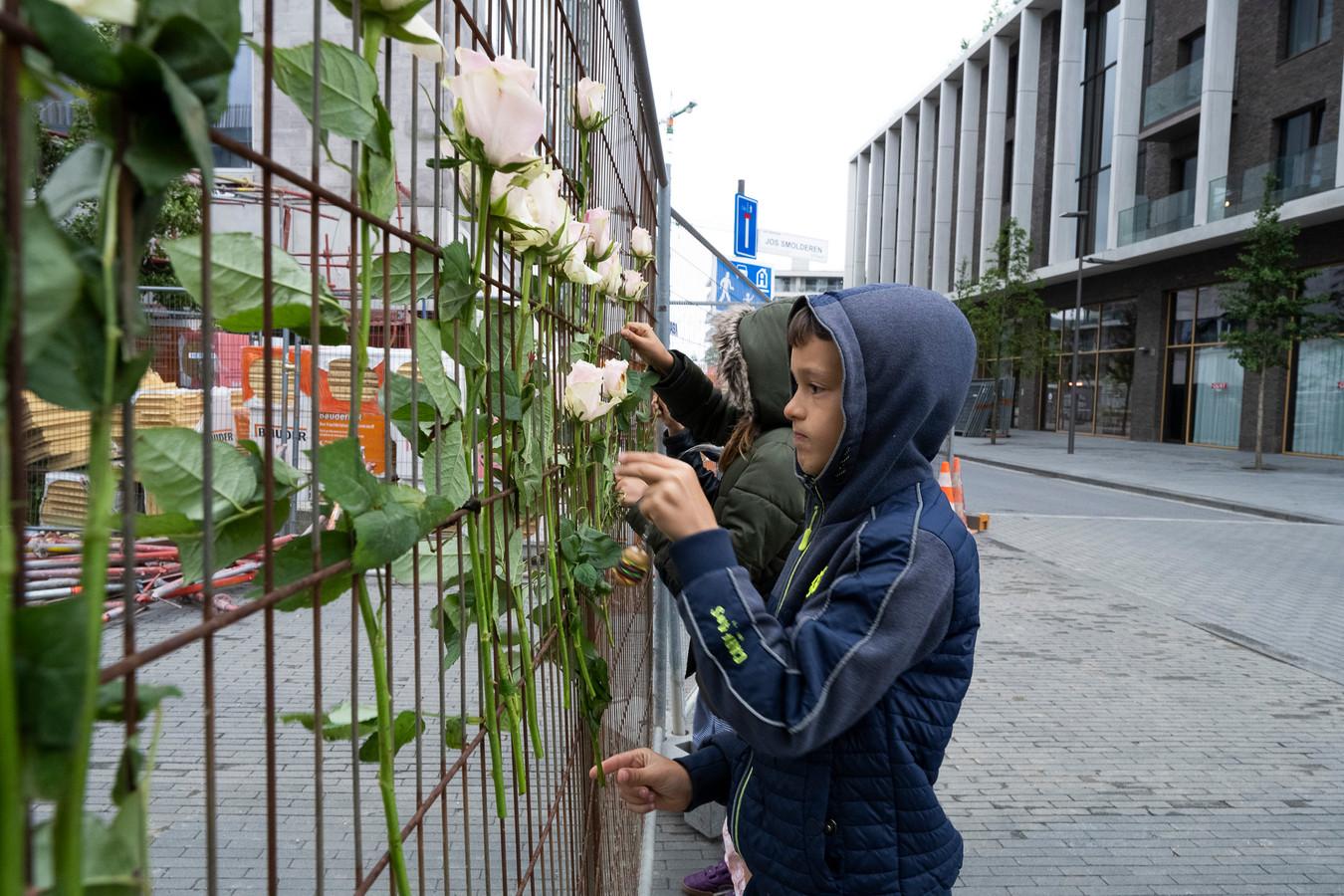 Aan het hekwerk rond de site werden door jong en oud al tal van bloemen achtergelaten.