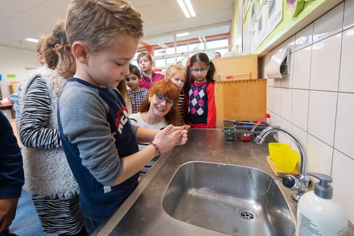 Leraren zien halve klassen leeg, veel leerlingen thuis door coronavirus.