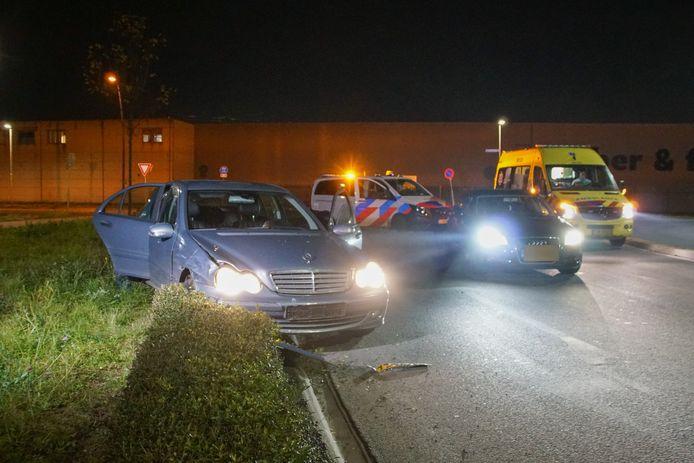 Bij het ongeluk sloeg een van de bestuurders op de vlucht.