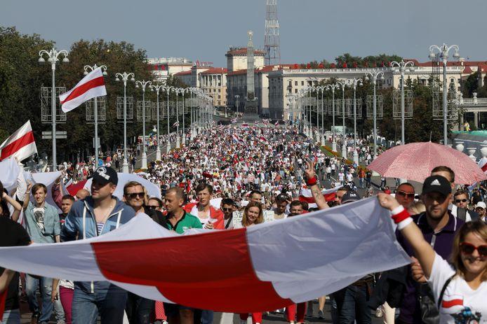 Tienduizenden demonstranten protesteren tegen Loekasjenko.